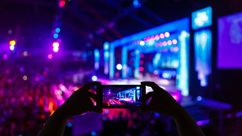 Ansicht eines Events mit Großer Bühne durch ein Smartphone