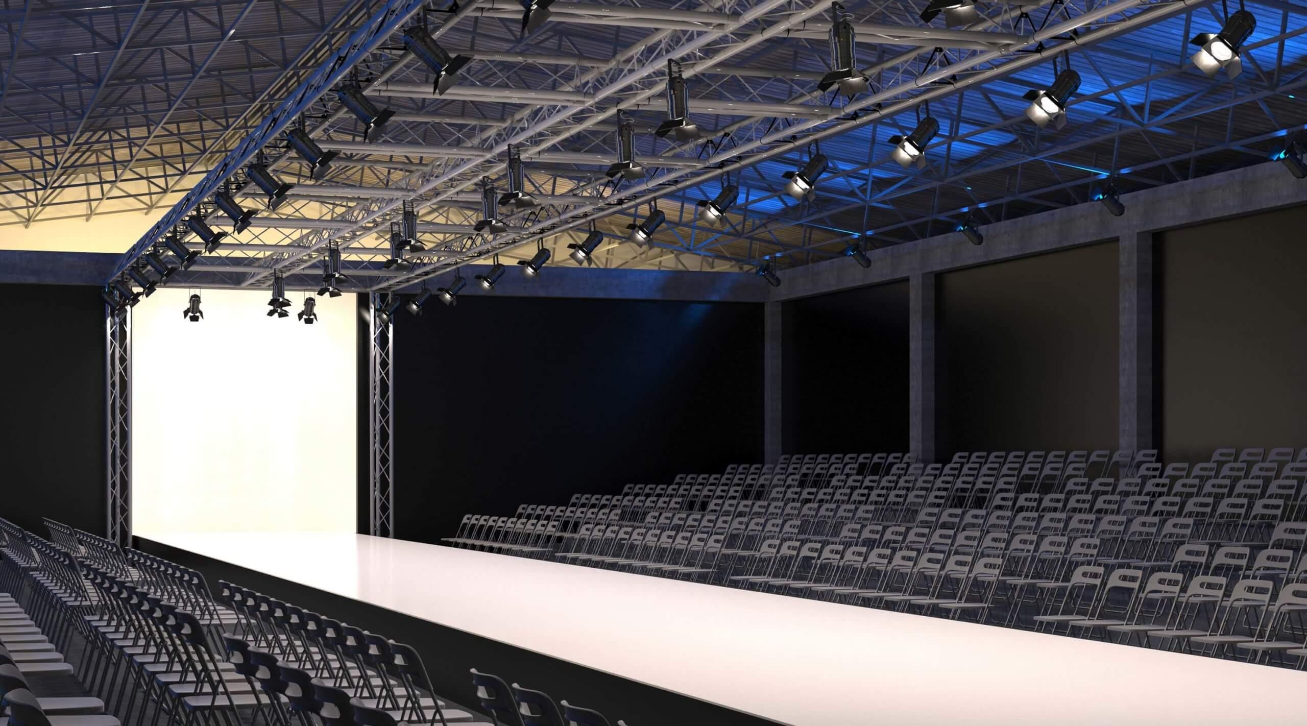 Laufsteg mit Sitzplätzen drum herum vor der Fashion-Show