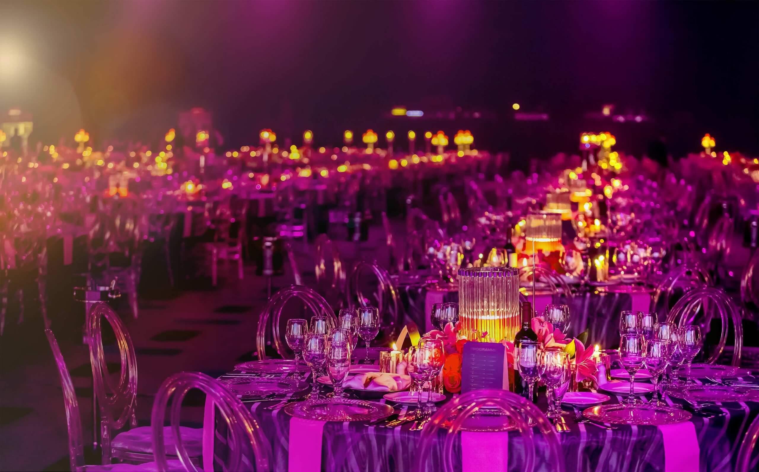 Festlich gedeckte und beleuchtete Tische