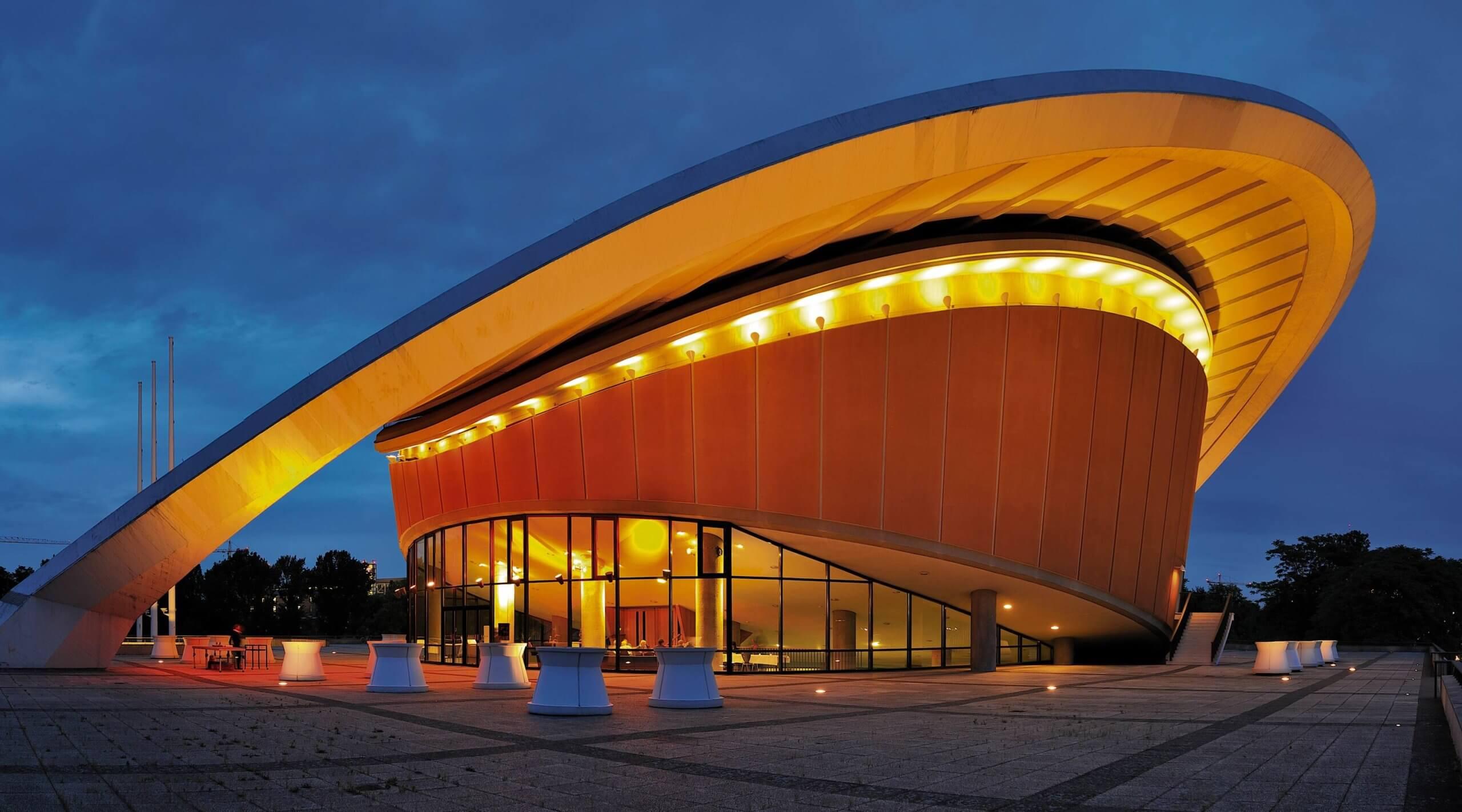 Beleuchtete Kongresshalle von aussen