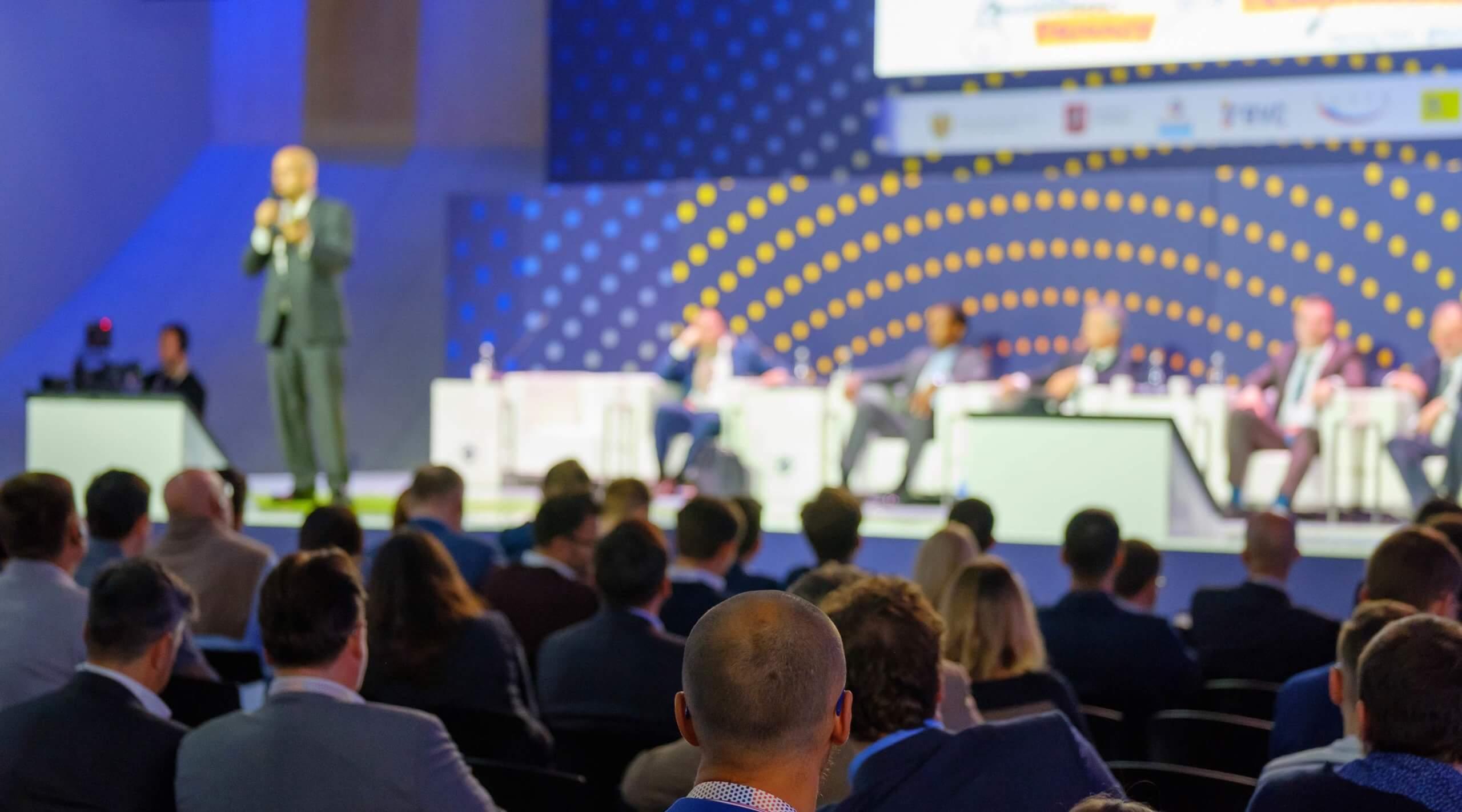Bühne mit mehreren Speakern