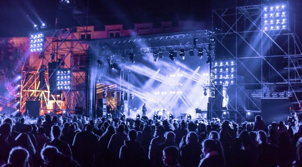 Konzertbühne mit Band auf der Bühne und Publikum