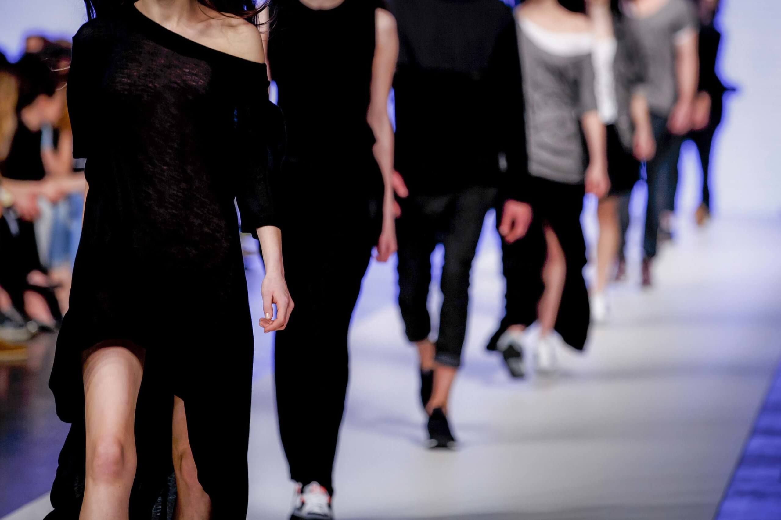 Laufende Models auf dem Laufsteg