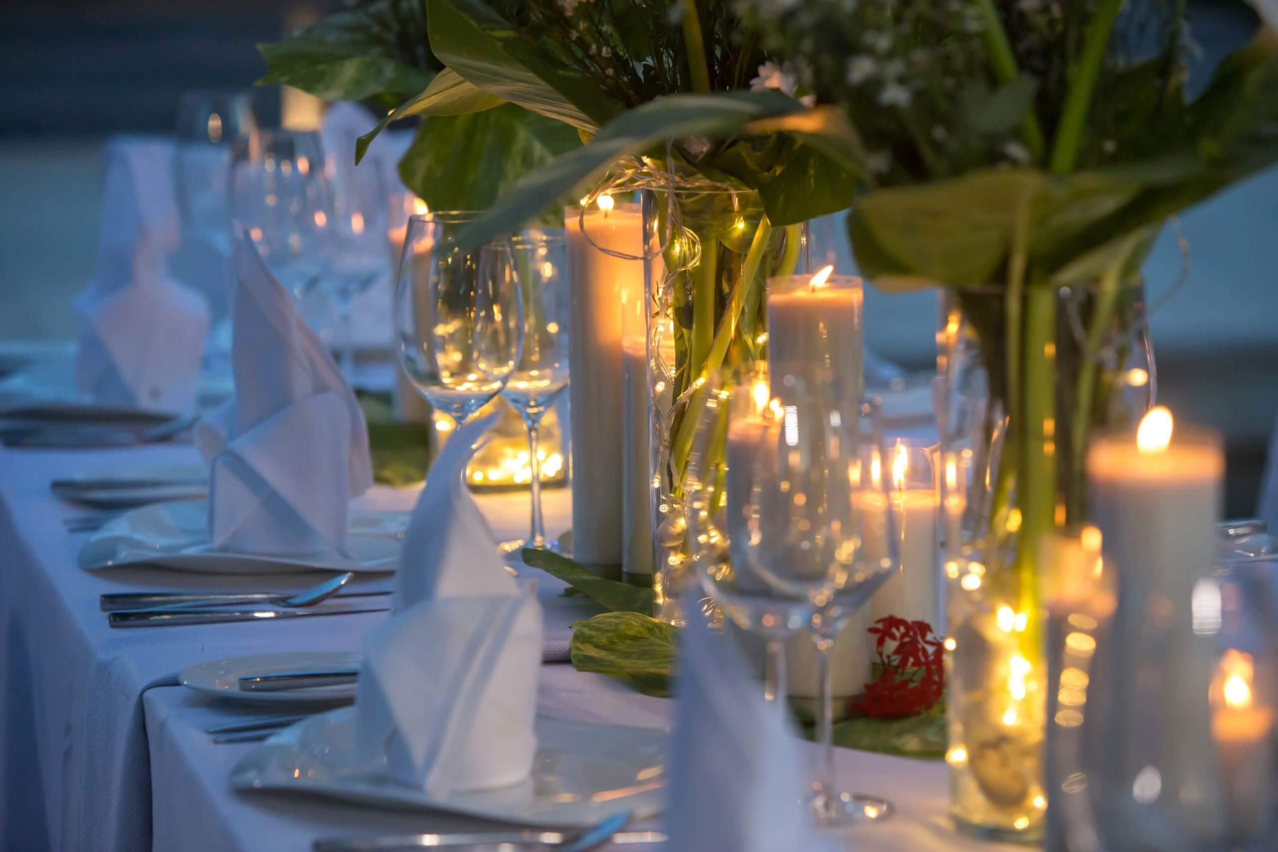 Festlich gedeckter und dekorierter Tisch