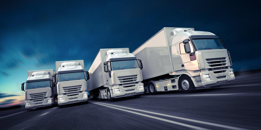 Tour-Trucks nebeneinander fahrend