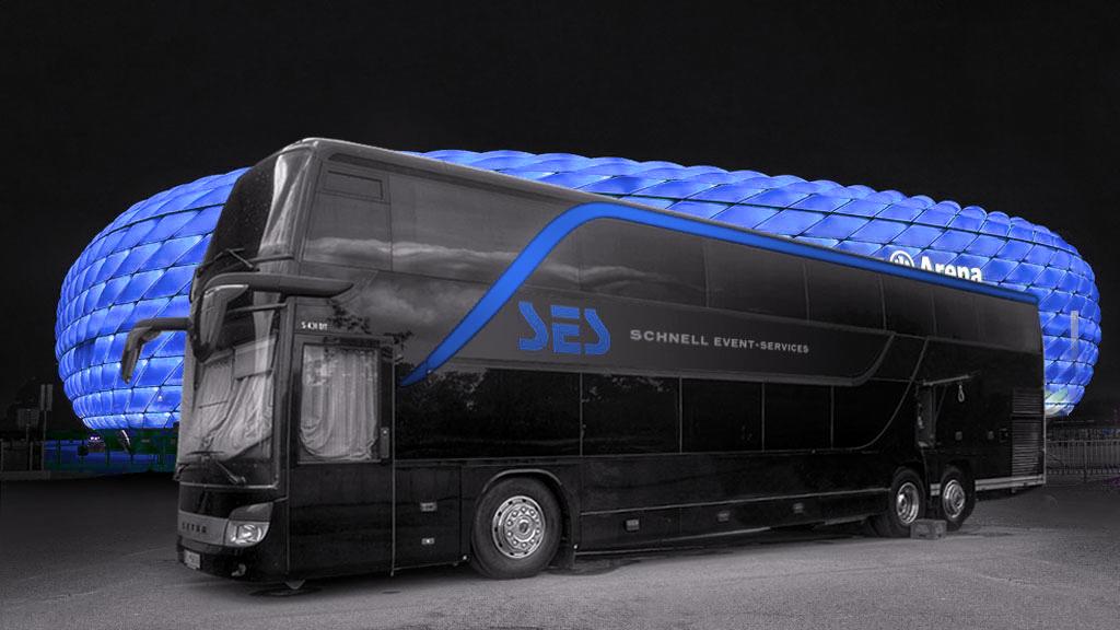 Nightliner (Tourbus) mit Arena im Hintergrund