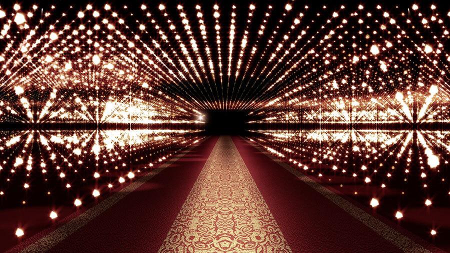 Roter Teppich mit Muster, umrandet mit Beleuchtung in Eingang zu Eventlocation