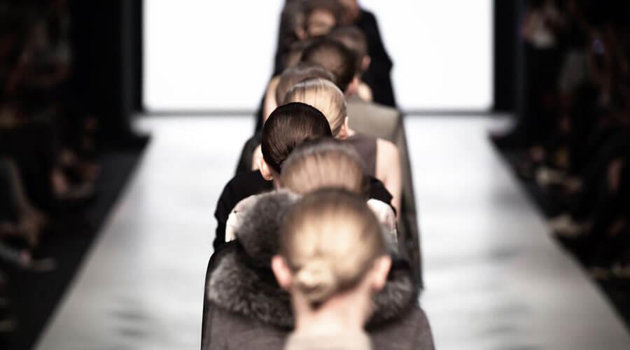 Weibliche Models laufen auf dem Laufsteg