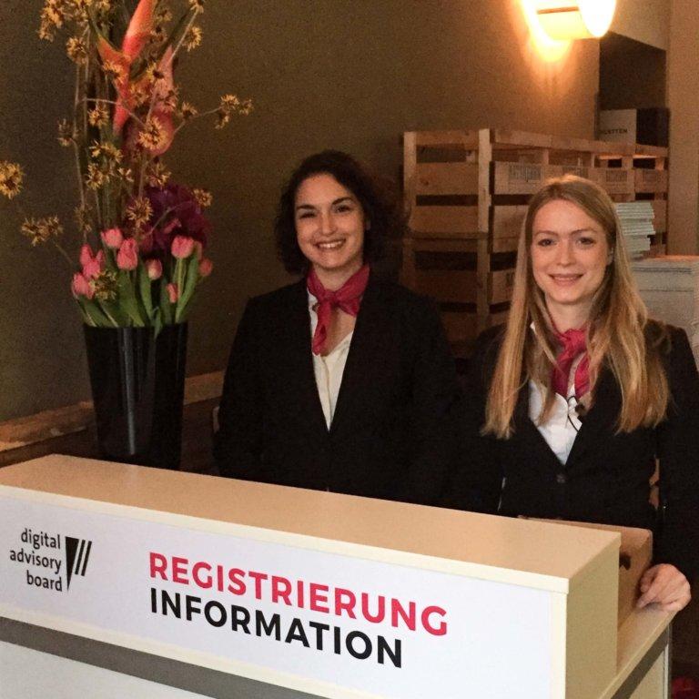 Counter für Registrierung mit zwei Hostessen