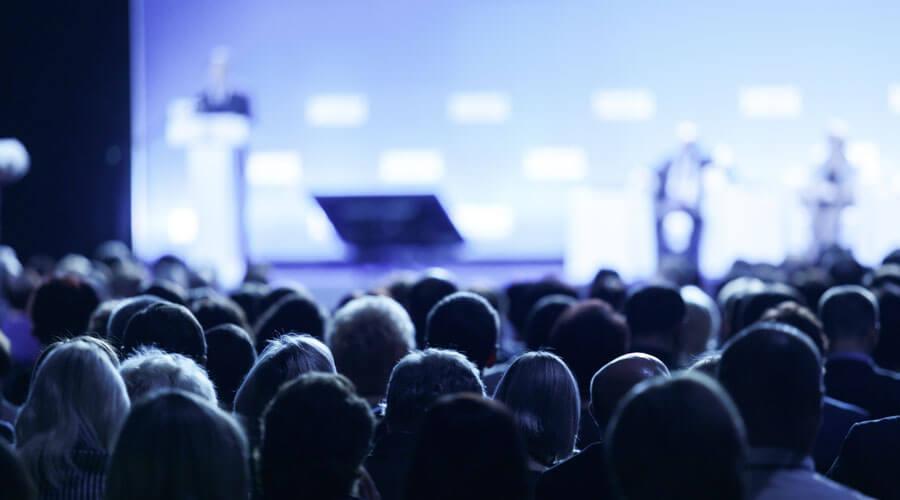 Kongressbühne mit Rednern und Publikum
