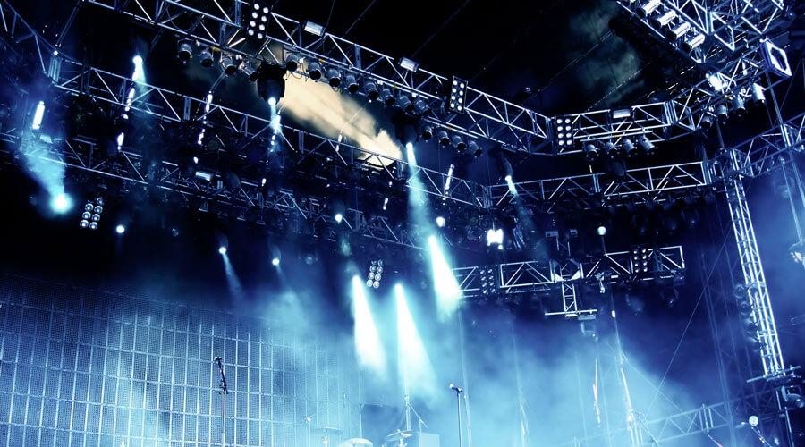 Fertige Konzertbühne mit Instrumenten