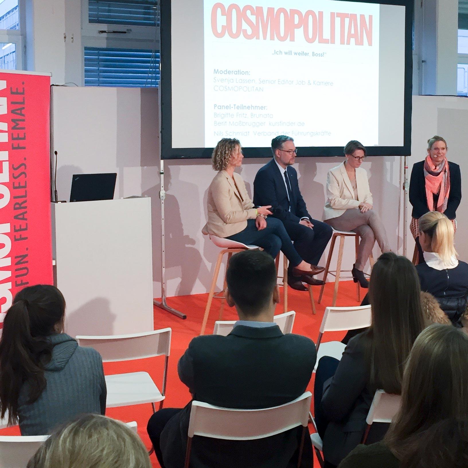 Vortragsbereich mit Speakern und Publikum