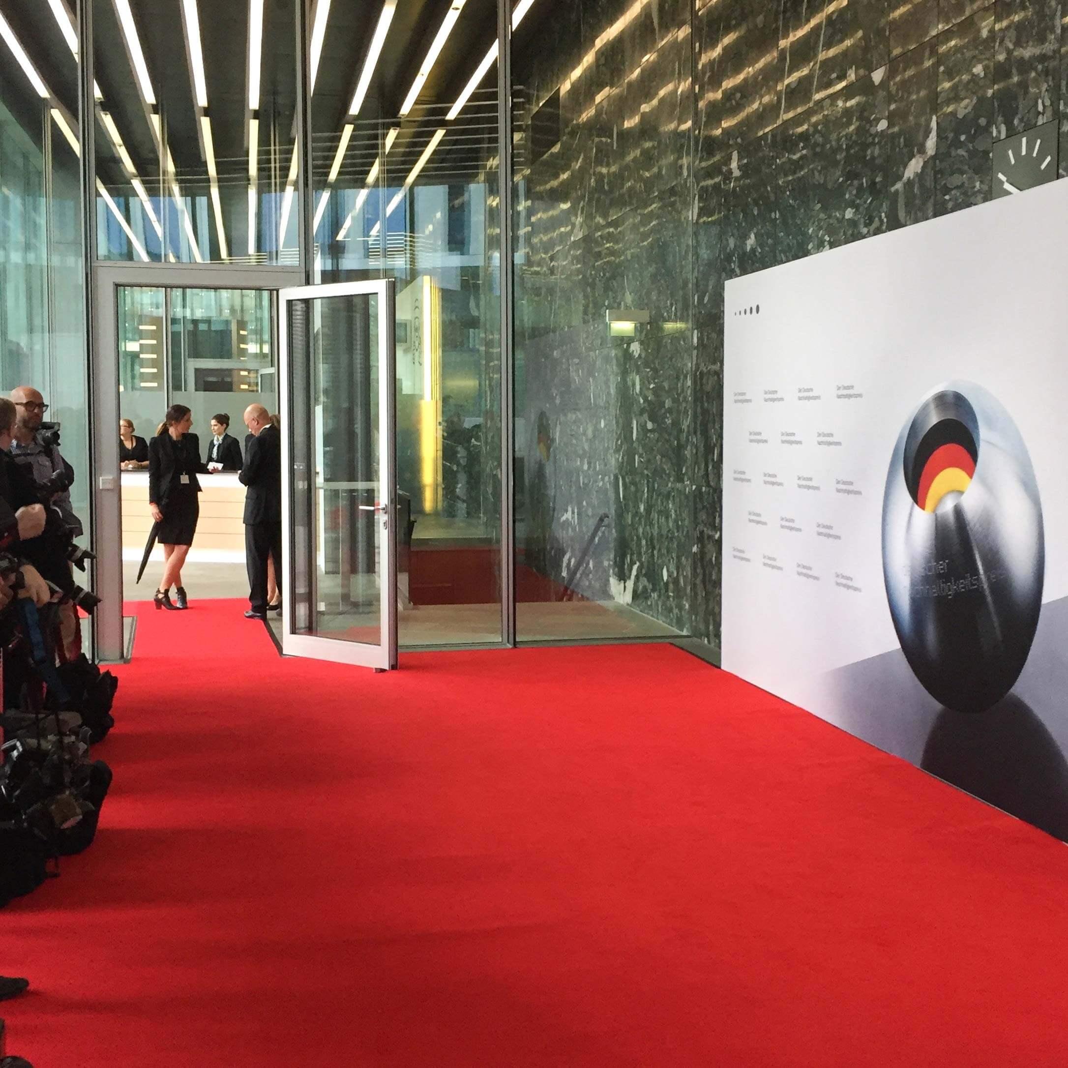 Roter Teppich im Eingangsbereich mit Fotowand