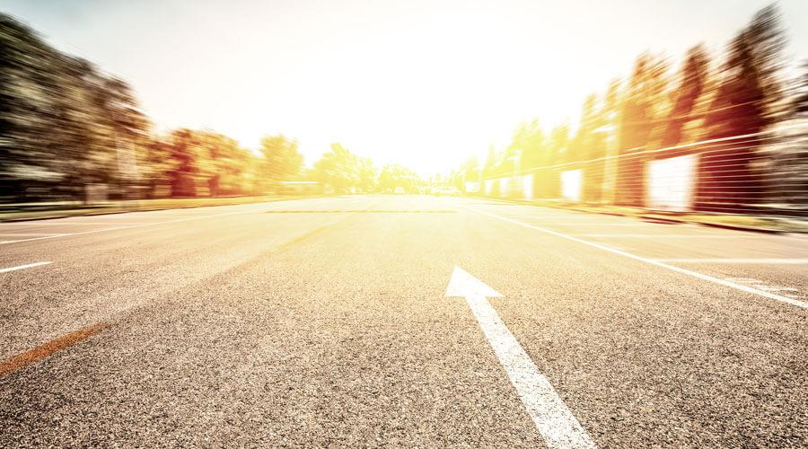 Straße mit Richtungspfeil nach vorne