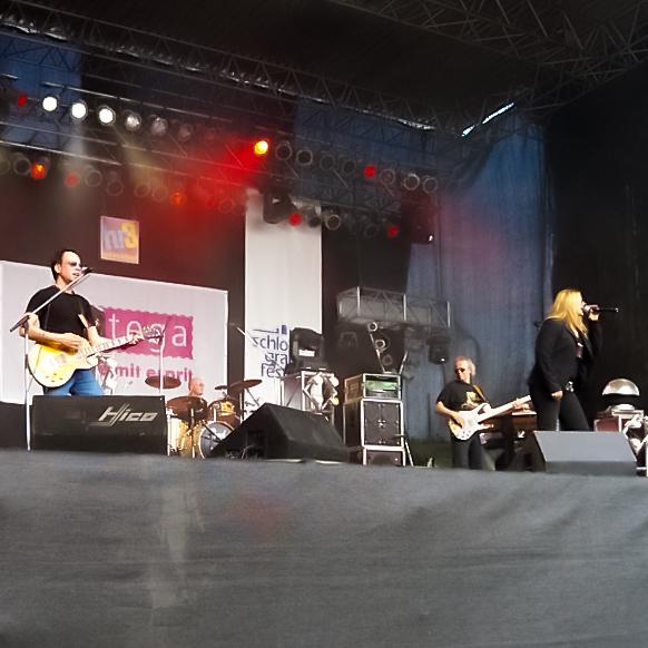 Band auf einer großen Bühne während eines Konzerts