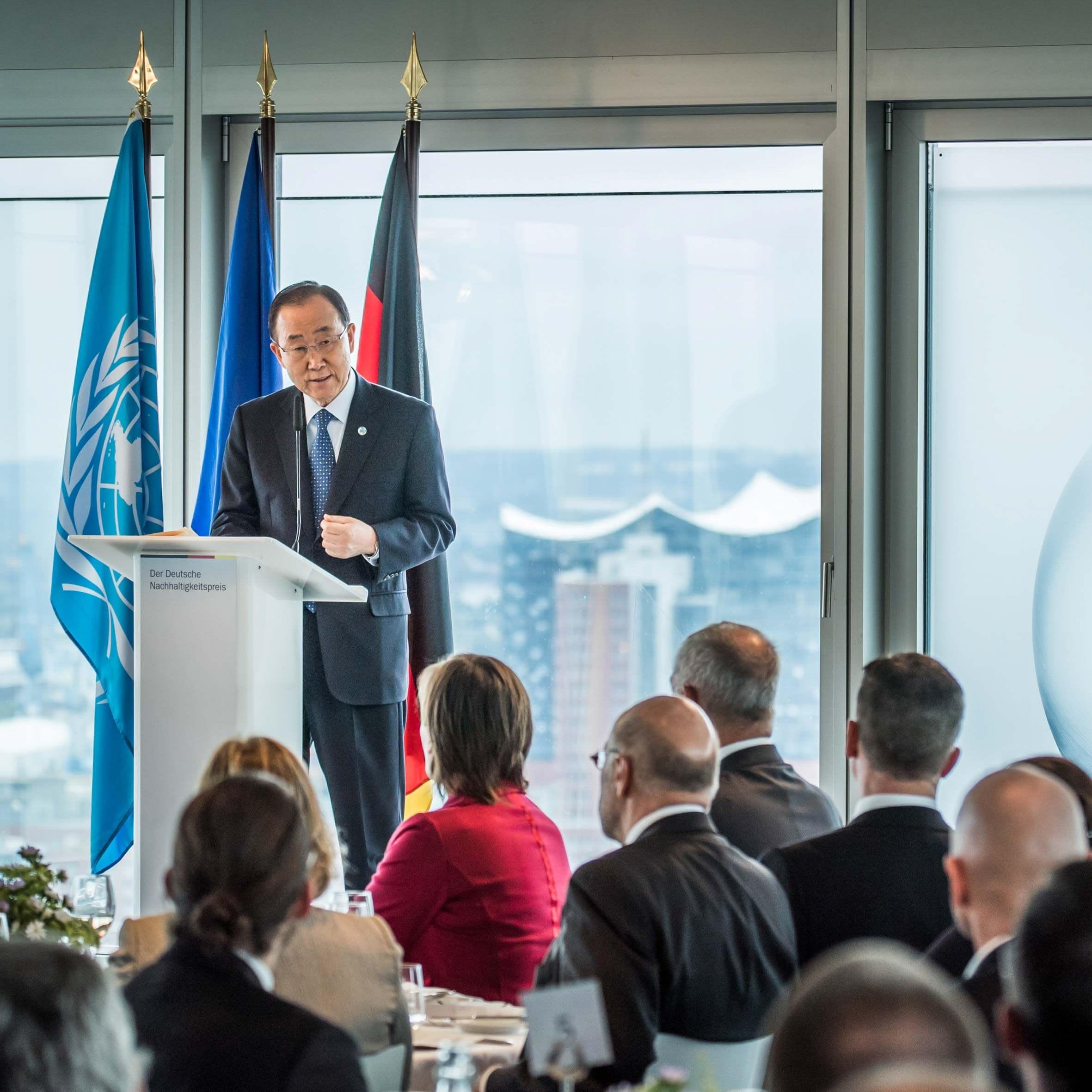 Uno-Generalsekretär am Rednerpult vor Publikum
